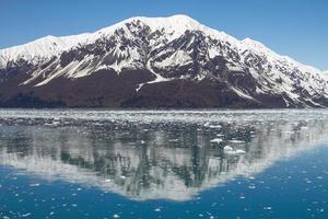 reflexo da montanha perto da geleira do hubbard no Alasca foto