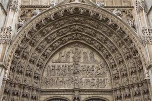 detalhe de uma moldura de porta na catedral de nossa senhora na bélgica foto