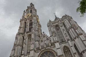 vista de uma catedral de nossa senhora na antuérpia bélgica foto