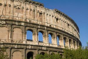 vista externa do coliseu em roma na itália foto