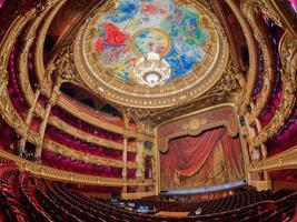 paris, frança 2020- uma vista interna da ópera de paris palais garnier foto