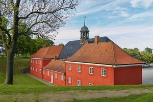 casas vermelhas na histórica fortaleza kastellet em copenhague foto