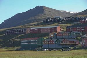 casas de madeira coloridas tradicionais em um dia ensolarado em longyearbyen svalbard foto