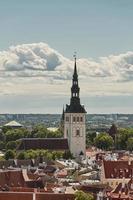 vista da parede ao redor do centro da cidade de tallinn na estônia e da catedral alexander nevsky foto