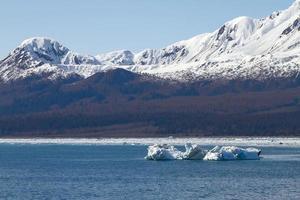iceberg flutuando no mar próximo à geleira de hubbard no Alasca foto