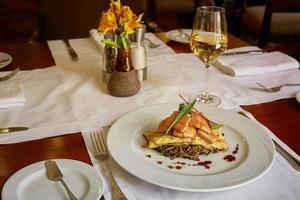 tradicional trucha de peixe peruana servida em restaurante foto