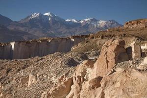 pedreira de pedra silar e vulcão chachani em arequipa peru foto