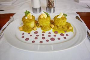 refeição tradicional peruana chamada ocopa arequipena servida em restaurante foto