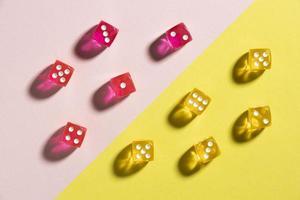 dados amarelos e rosa em fundo colorido foto