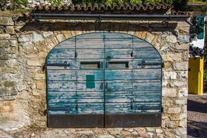 porta de madeira em limone sul garda, itália foto