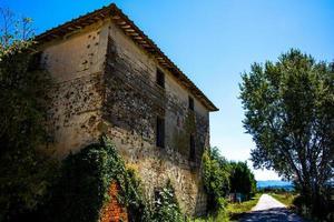 casa velha ao longo da estrada para citerna, perugia, úmbria, itália foto
