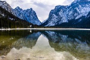 lago dobbiaco no meio das dolomitas foto