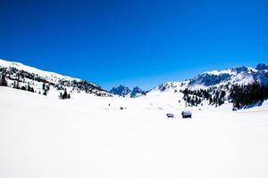 paisagem com neve e cabanas de madeira foto