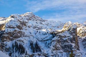 picos de dolomita com neve foto