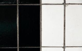 fundo multicolor preto e branco abstrato do antigo pavimento de paralelepípedos closeup foto