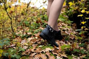 close-up de pernas femininas em sapatos pretos foto
