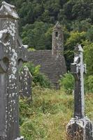 ruínas de um assentamento monástico, construído no século 6 em glendalough, irlanda foto