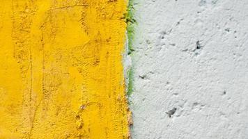 parede velha de cimento amarelo e branco foto