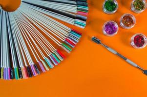 um conjunto de ferramentas cosméticas para manicure e pedicure foto
