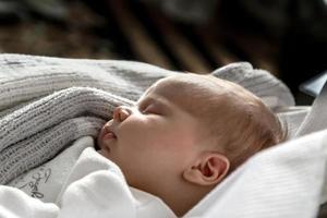 um retrato em close de uma menina que dorme em um berço ou berço foto