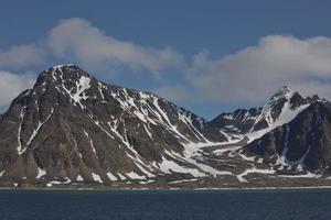 o litoral e as montanhas de liefdefjord, ilhas svalbard, spitzbergen foto