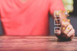 atendimento ao cliente e conceito de satisfação, empresários estão tocando a tela virtual foto