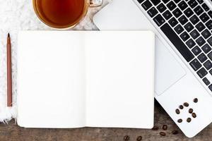 área de trabalho da mesa do escritório em casa com laptop e xícara de chá no fundo branco foto