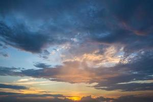 sol claro nuvens céu ao anoitecer foto