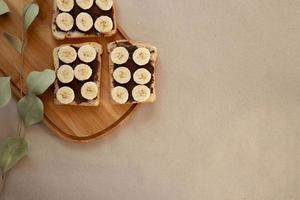 três torradas de pão branco de banana untadas com manteiga de chocolate foto