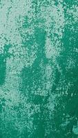 folha de ferro coberta de ferrugem com tinta verde foto