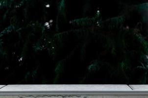 mesa vazia na frente de um fundo de floresta borrado foto