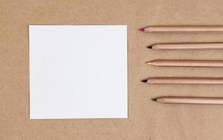 página de caderno em branco com lápis coloridos foto