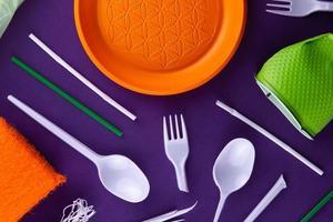 produtos de plástico laranja, branco e verde foto