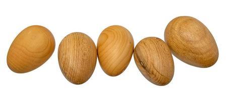 cinco ovos de madeira virados à mão em uma fileira foto