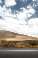 paisagem com montanha e estrada foto