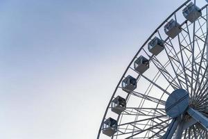 ângulo baixo da roda gigante da balsa na cidade com espaço de cópia foto