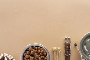 vista superior da tigela de comida de cachorro completa e acessórios foto
