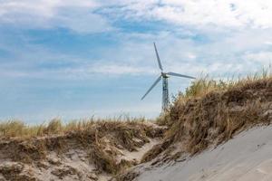 costa alemã do mar Báltico com dunas de areia para turbinas eólicas e grama foto
