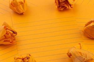 folhas de papel laranja amassadas e espaço vazio para o seu texto foto