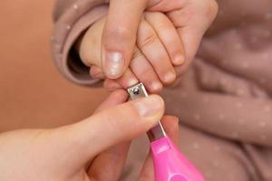 manicure de dedo para bebê pela mãe foto