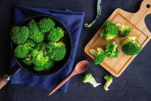 cozinhar vegetais frescos de brócolis alimentos saudáveis foto