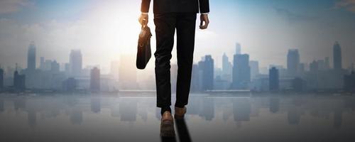 para a frente para o sucesso atrás do empresário confiante segurando a sacola de documentos de negócios caminhada para a realização do futuro líder profissional mover e dar um passo para a liberdade da cidade e social foto