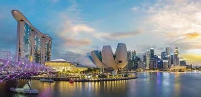 horizonte do distrito financeiro de Singapura durante o pôr do sol foto
