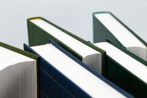 visão lateral de livros empilhados, isolado no fundo branco foto