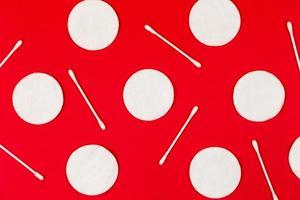 fundo por almofadas de algodão com fones de ouvido em vermelho foto