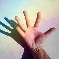 mão gesticulando nas sombras foto