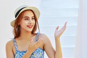 Mulher asiática sorrindo enquanto está em casa foto