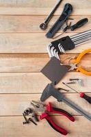conjunto de ferramentas de trabalho em um fundo de madeira foto