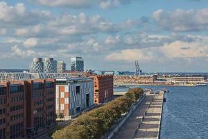 vista da cidade de copenhagen, na dinamarca, durante dia nublado foto