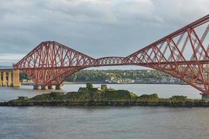 a quarta ponte ferroviária na Escócia conectando o sul queensferry edimburgo com o norte queensferry fife foto